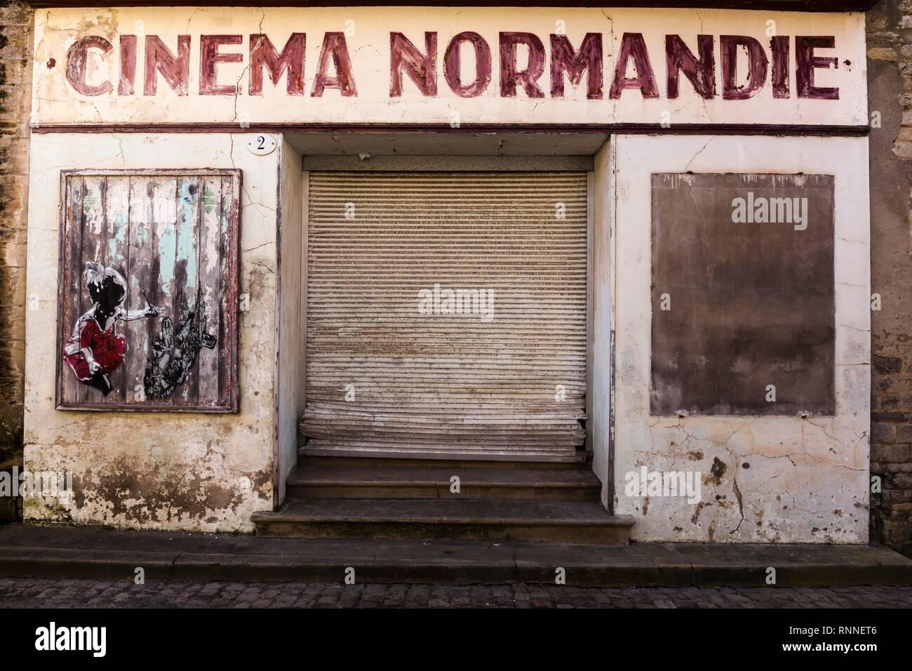 Expiré entrée d'un cinéma fermé à Bayeux, Normandie, France Photo Stock