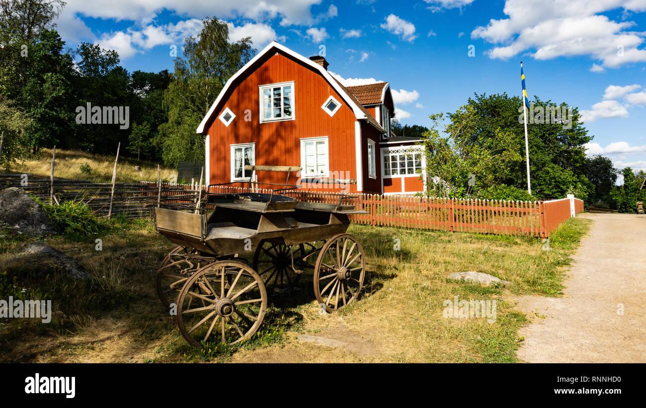 En face de transport ancien en bois rouge maison de laboureur sur Katthult en basse-cour, Schweden Lönneberga, Michel, Astrid Lindgren Banque D'Images
