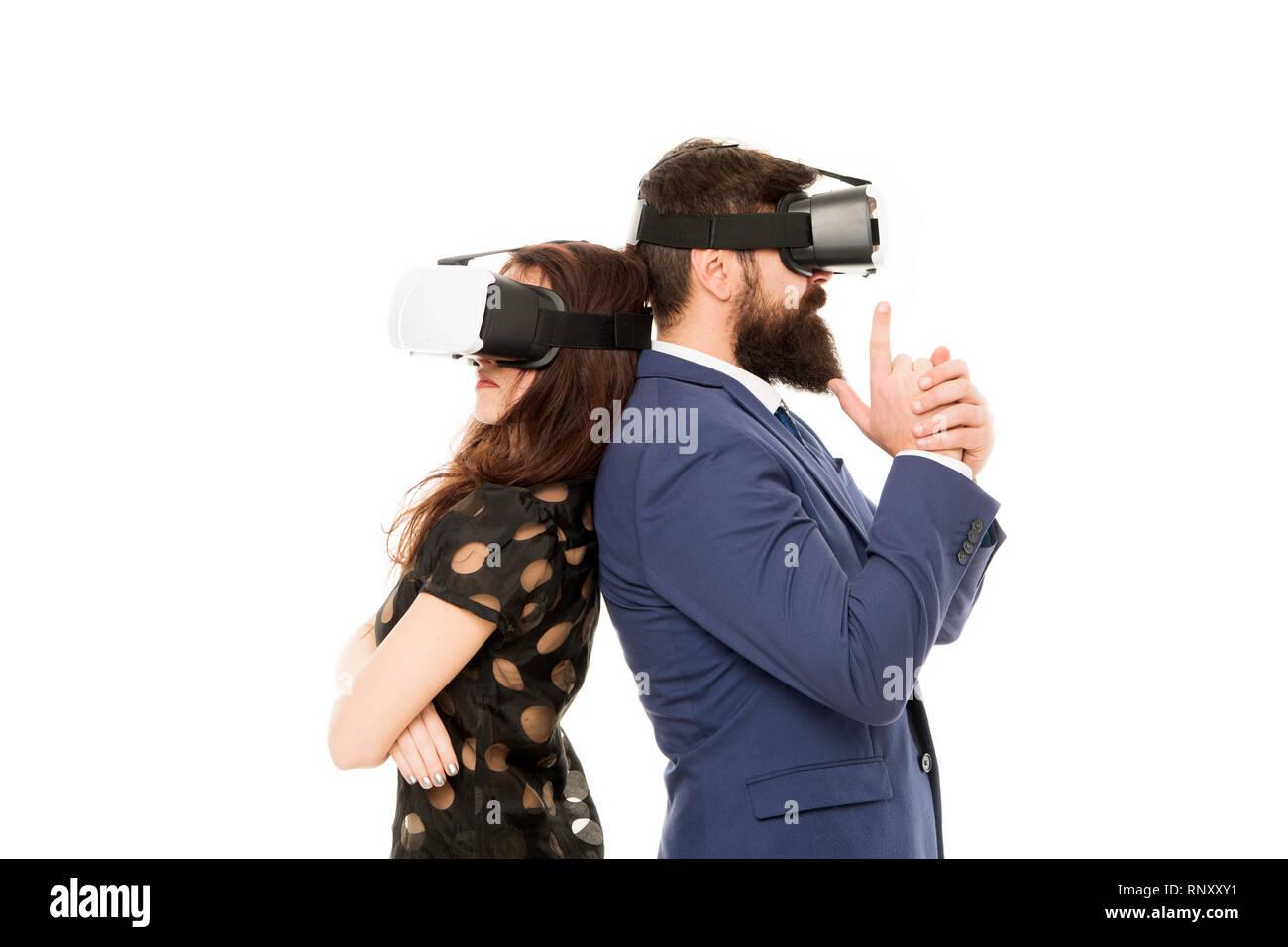 La mise en œuvre d'une technologie moderne. Deux collègues porter hmd explorer la réalité virtuelle. Partenaires d'affaires d'interagir dans la réalité virtuelle. Nouvelle opportunité. Les logiciels modernes pour les entreprises. Imaginez juste. Photo Stock