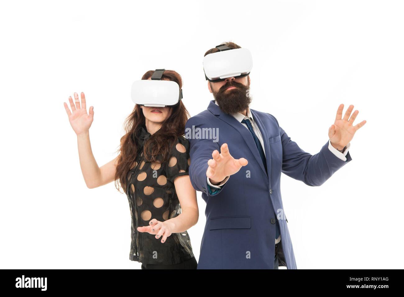 Les logiciels modernes pour les entreprises. Imaginez juste. La mise en œuvre d'une technologie moderne. Deux collègues porter hmd explorer la réalité virtuelle. Partenaires d'affaires d'interagir dans la réalité virtuelle. Nouvelle opportunité. Photo Stock