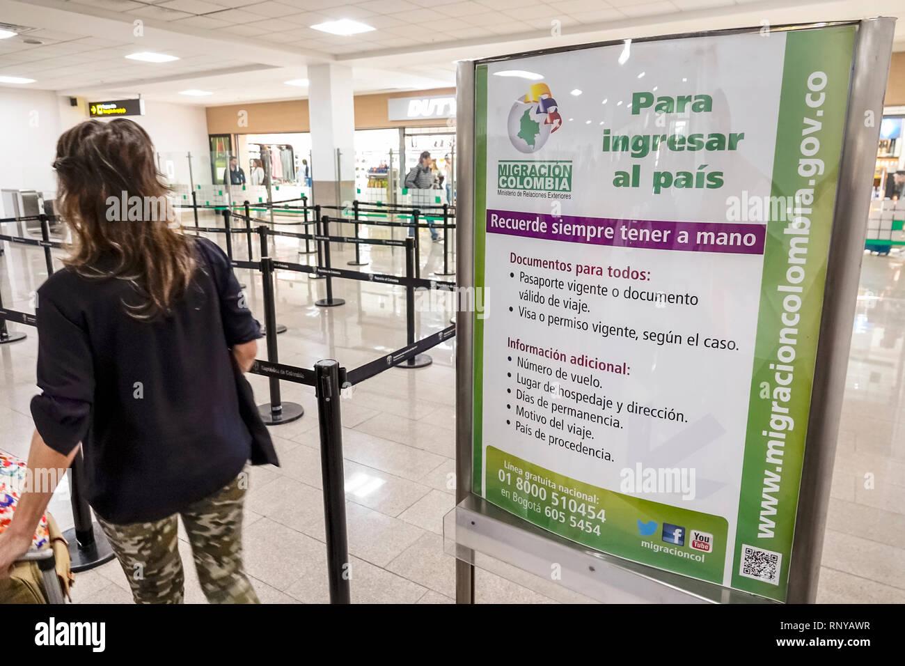 Cartagena Colombie l'aéroport international Rafael Nunez l'intérieur de l'aéroport terminal concourse immigration douane contrôle des passeports Spanish language sign Photo Stock
