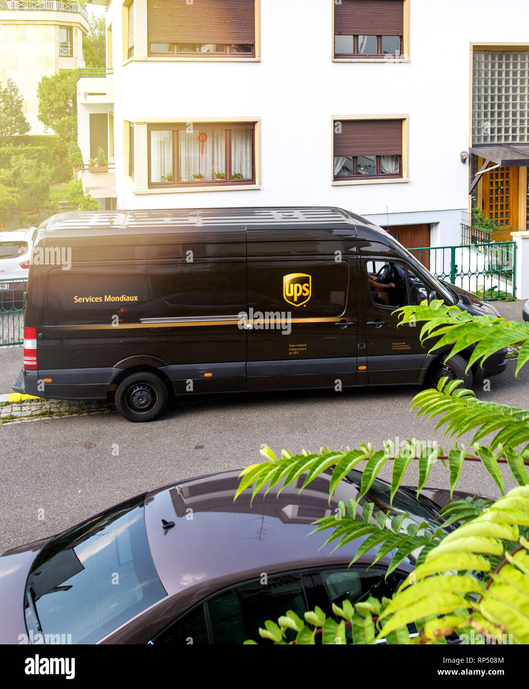 PARIS, FRANCE - Aug 24, 2017: la conduite de messagerie UPS United Parcel Service delivery van brown - élever vue d'une rue Française Photo Stock