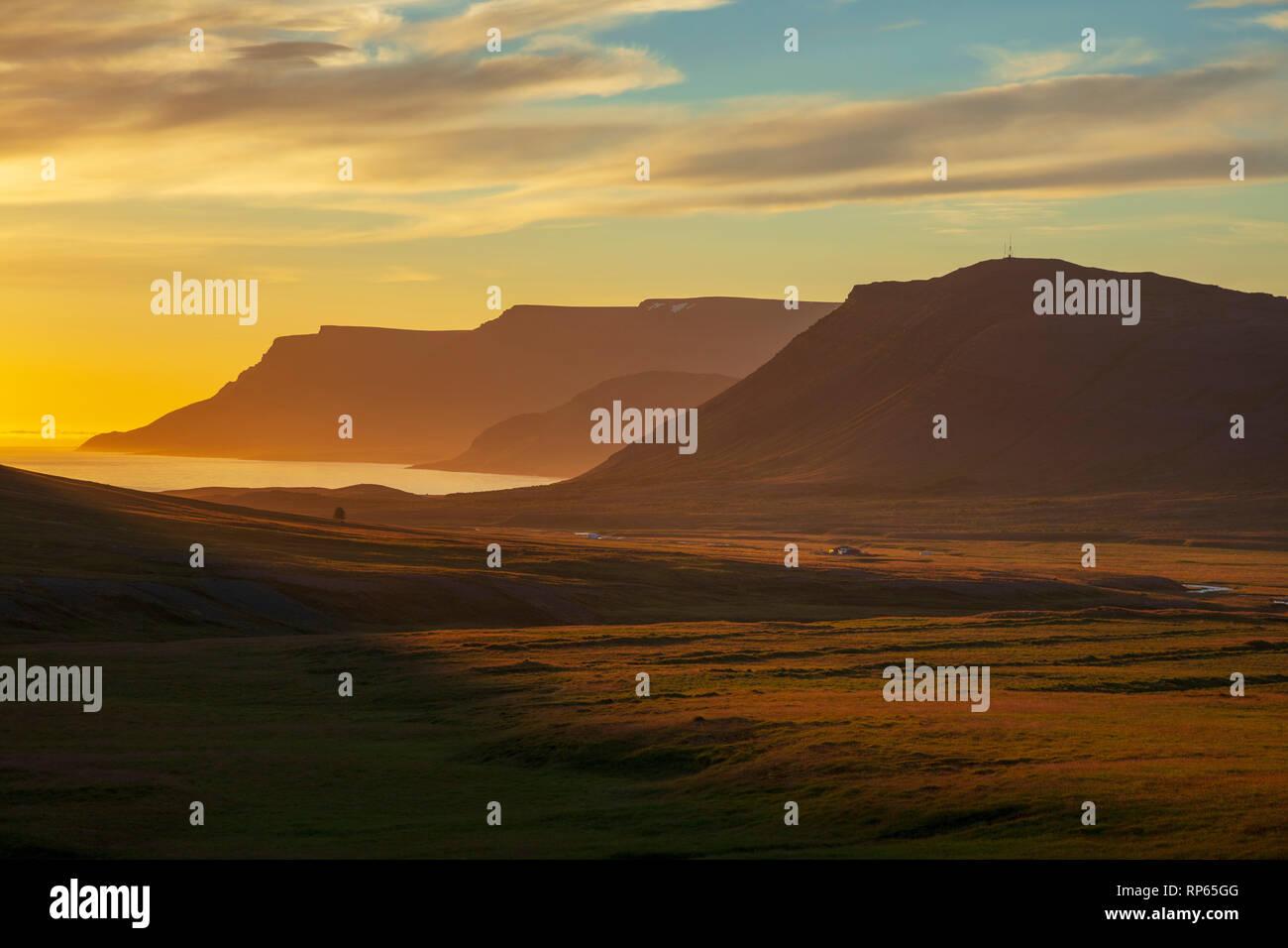 Coucher du soleil sur la montagne, fjord Dyrafjordur Westfjords, Islande. Photo Stock