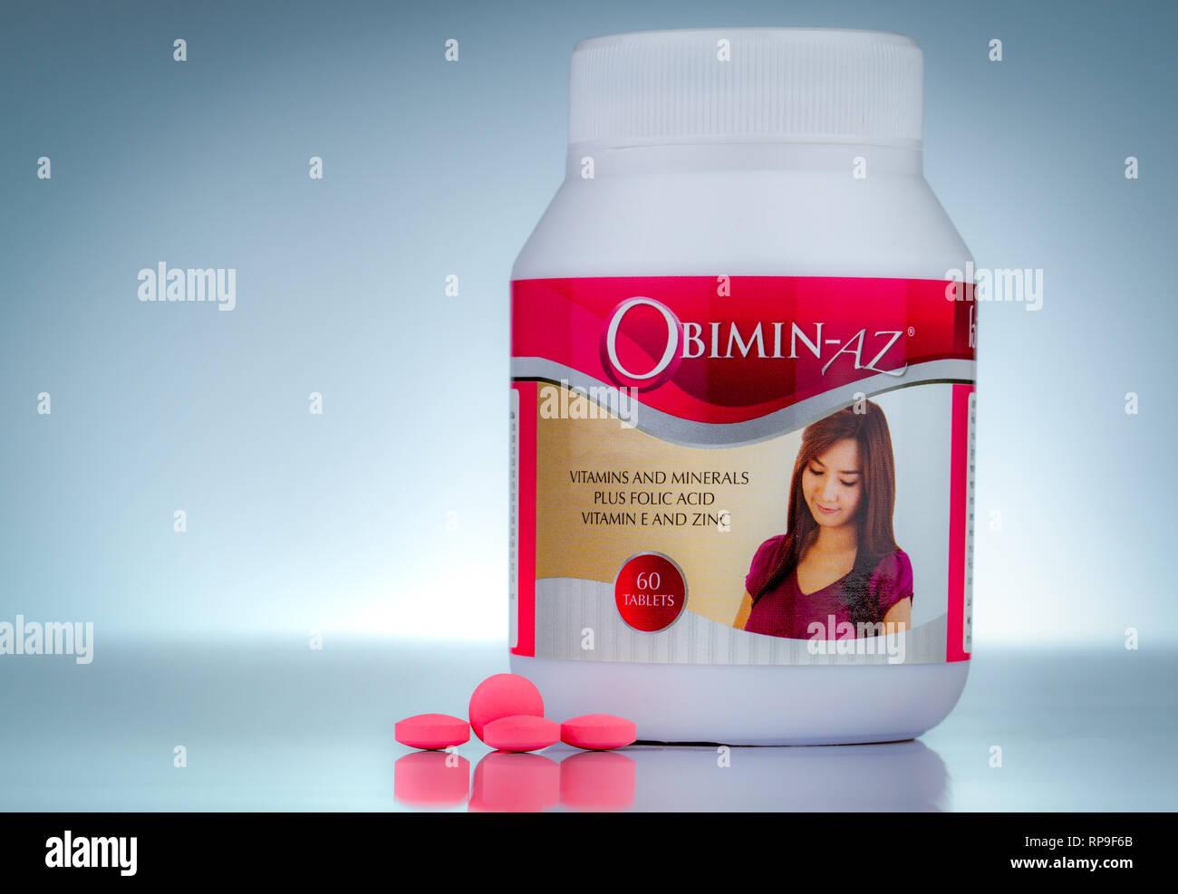 CHONBURI, THAÏLANDE-Octobre 27, 2018: Obimin-AZ. Vitamines et minéraux et l'acide folique vitamine E et le zinc de la bouteille sur fond dégradé. Pink Photo Stock