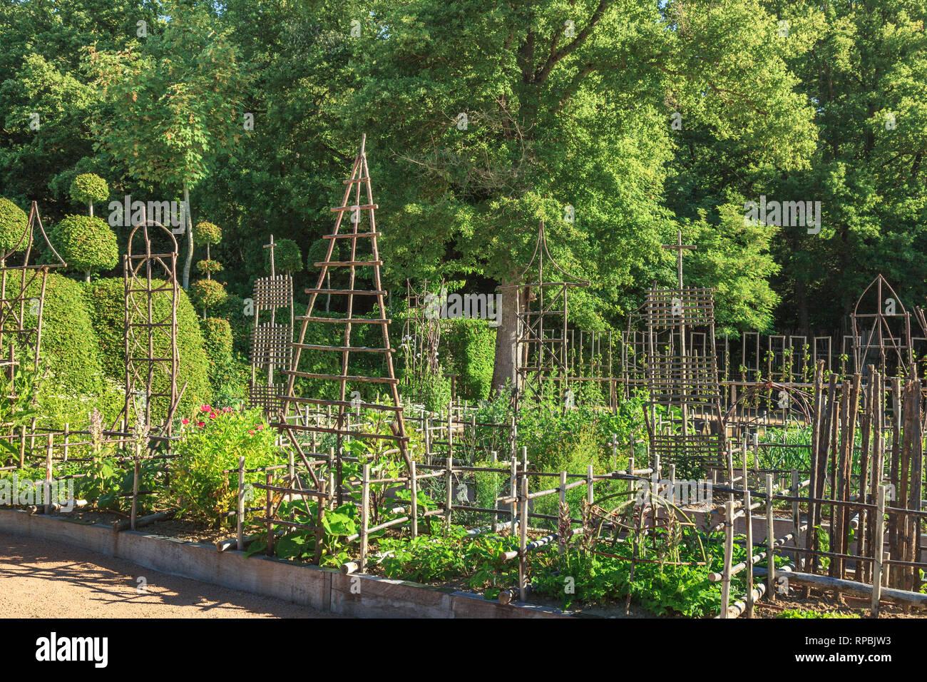 Orsan Prieure Garden France Le Jardin Des Simples Le Jardin D Herbes Medicinales Avec Sweet Chestnut Tree Structures Mention Obligatoire Du Nom Et Le Jardin Photo Stock Alamy