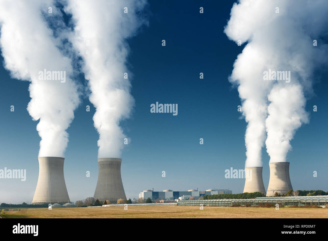 Quatre tours de refroidissement des centrales électriques la cuisson sur fond de ciel bleu foncé Banque D'Images