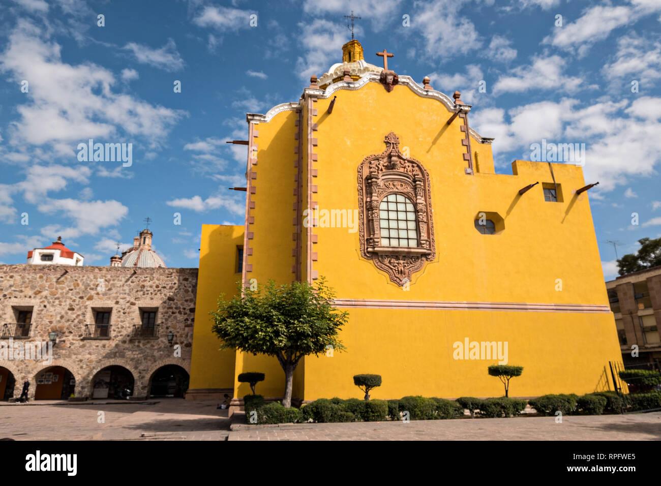 La façade de l'Aranzazu Chapelle et couvent San Francisco, sur la place de Aranzazu dans la capitale de l'État de San Luis Potosi, au Mexique. La chapelle et le couvent a été construit entre 1749 et 1760 et dispose d'informations et Churrigueresque dômes. Banque D'Images