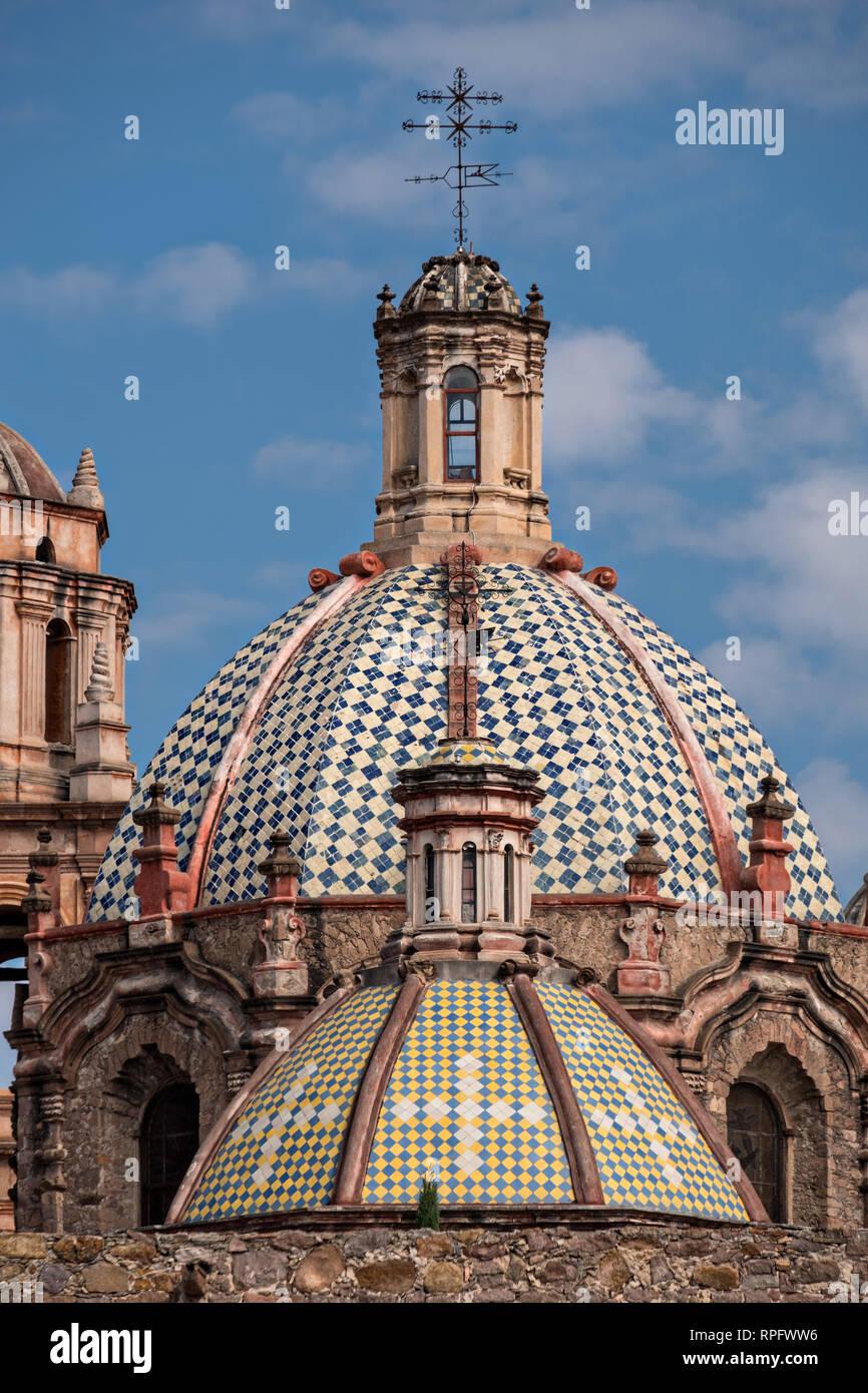 Les coupoles de l'couvent San Francisco et l'Aranzazu Chapelle dans la Plaza de Aranzazu dans la capitale de l'État de San Luis Potosi, au Mexique. La chapelle et le couvent a été construit entre 1749 et 1760 et dispose d'informations et Churrigueresque dômes. Banque D'Images