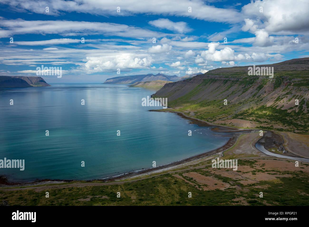 Vue sur le fjord de Arnarfjordur Nordfjall. Westfjords, Islande. Photo Stock