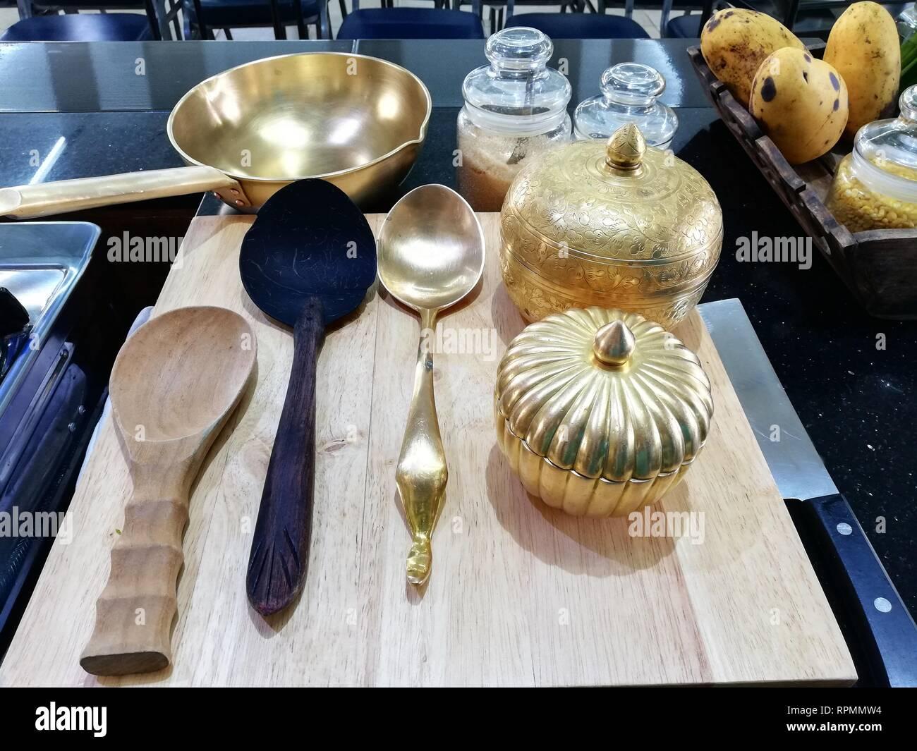 Batterie de cuisine en cuivre,laiton sur bois ustensiles de cuisine planche à découper Photo Stock