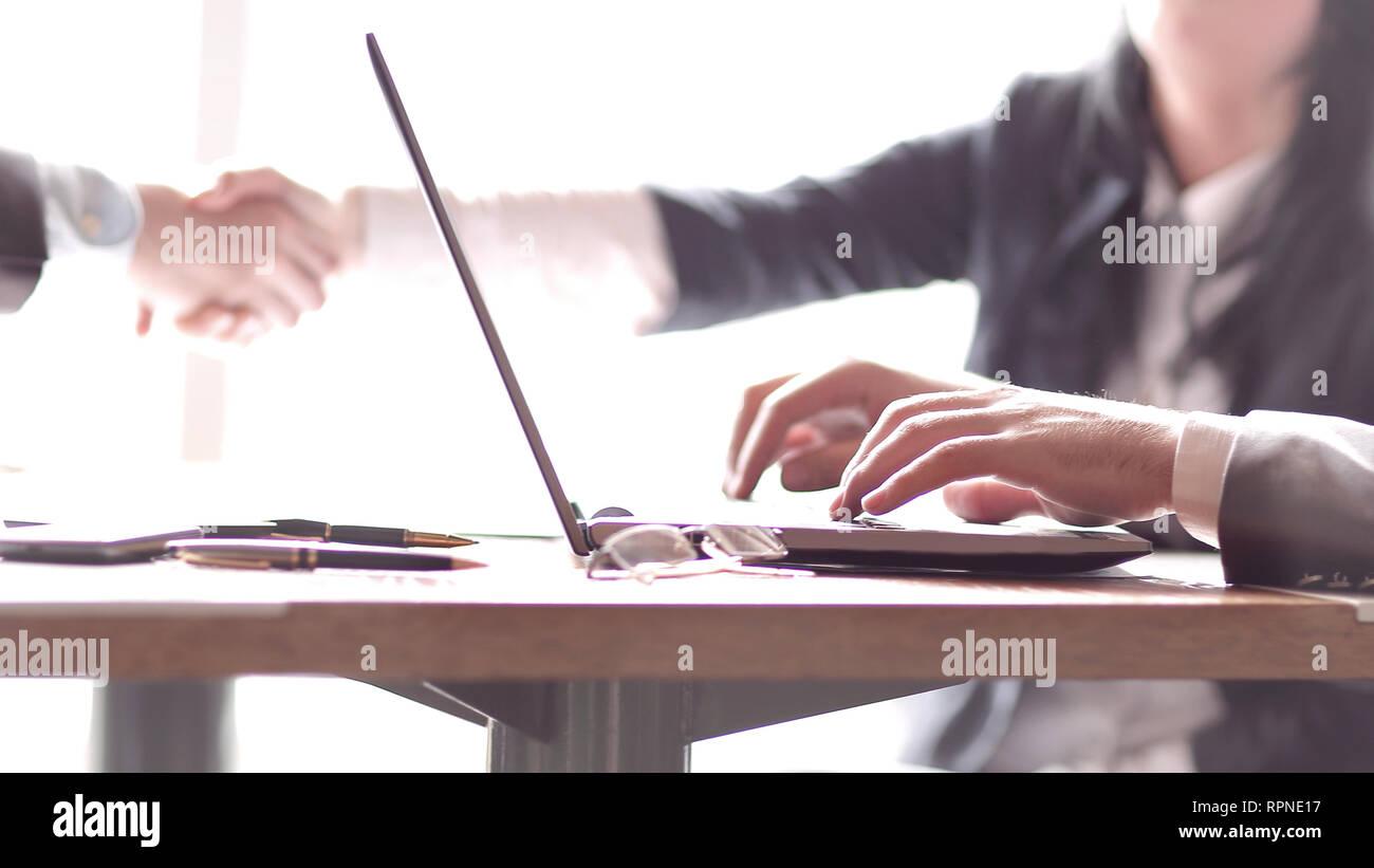 Image floue d'un homme travaillant sur un ordinateur portable Banque D'Images