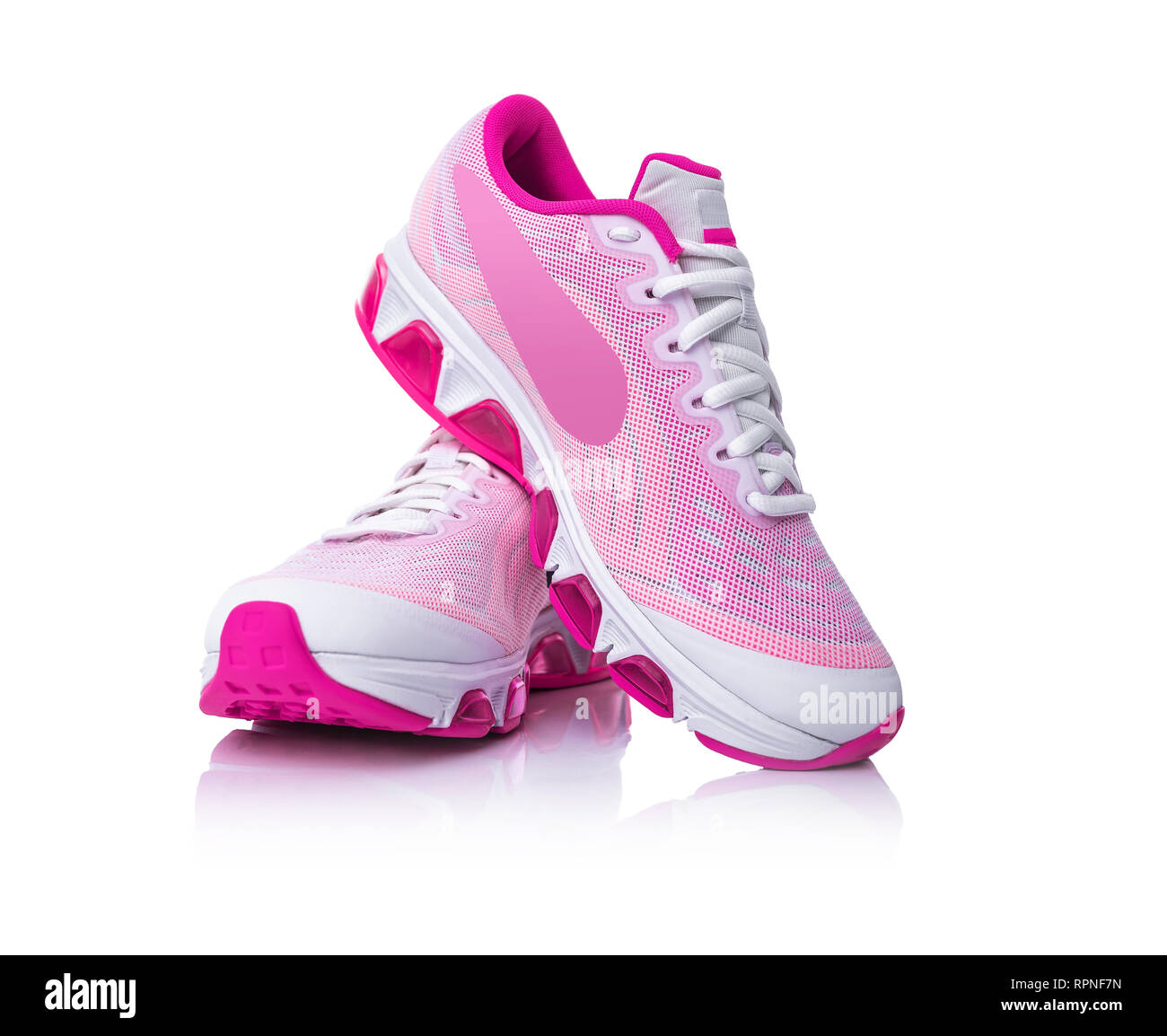 cheaper c8b33 fc3b0 Chaussures de sport rose sur fond blanc. Photo Stock