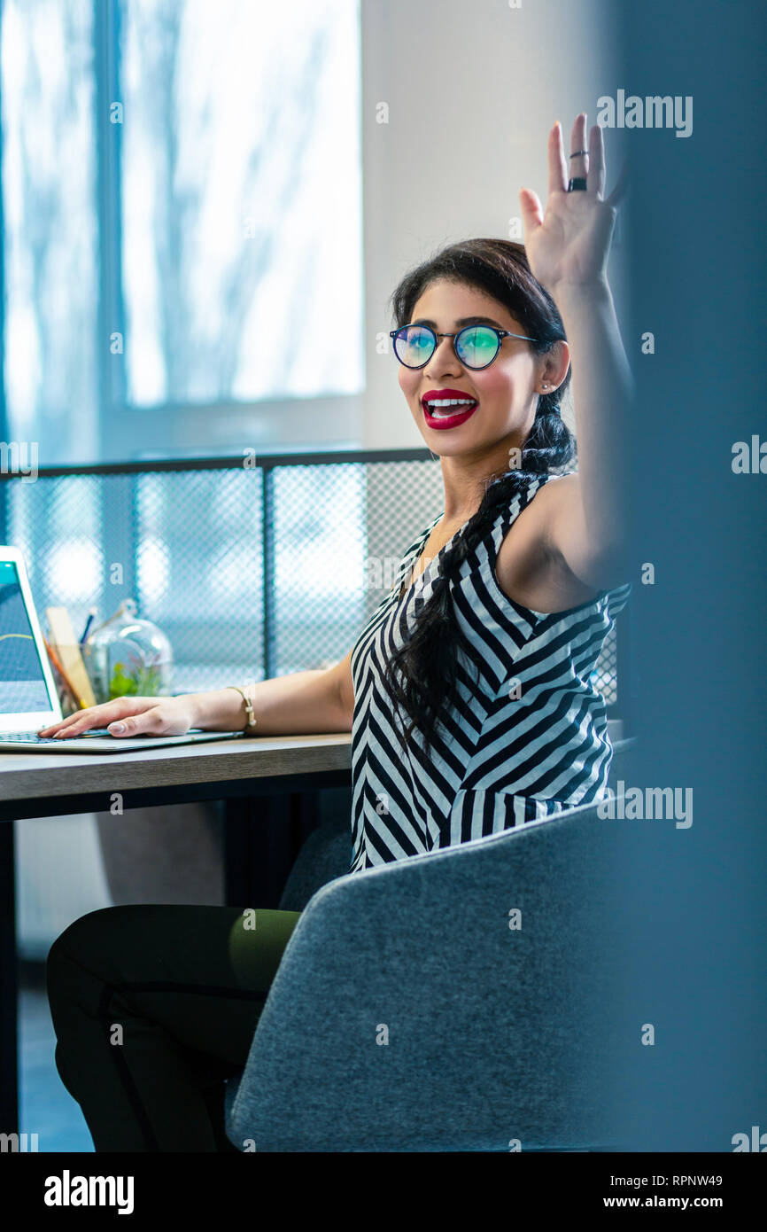 Cheerful young office manager ressentir le bonheur au travail Photo Stock