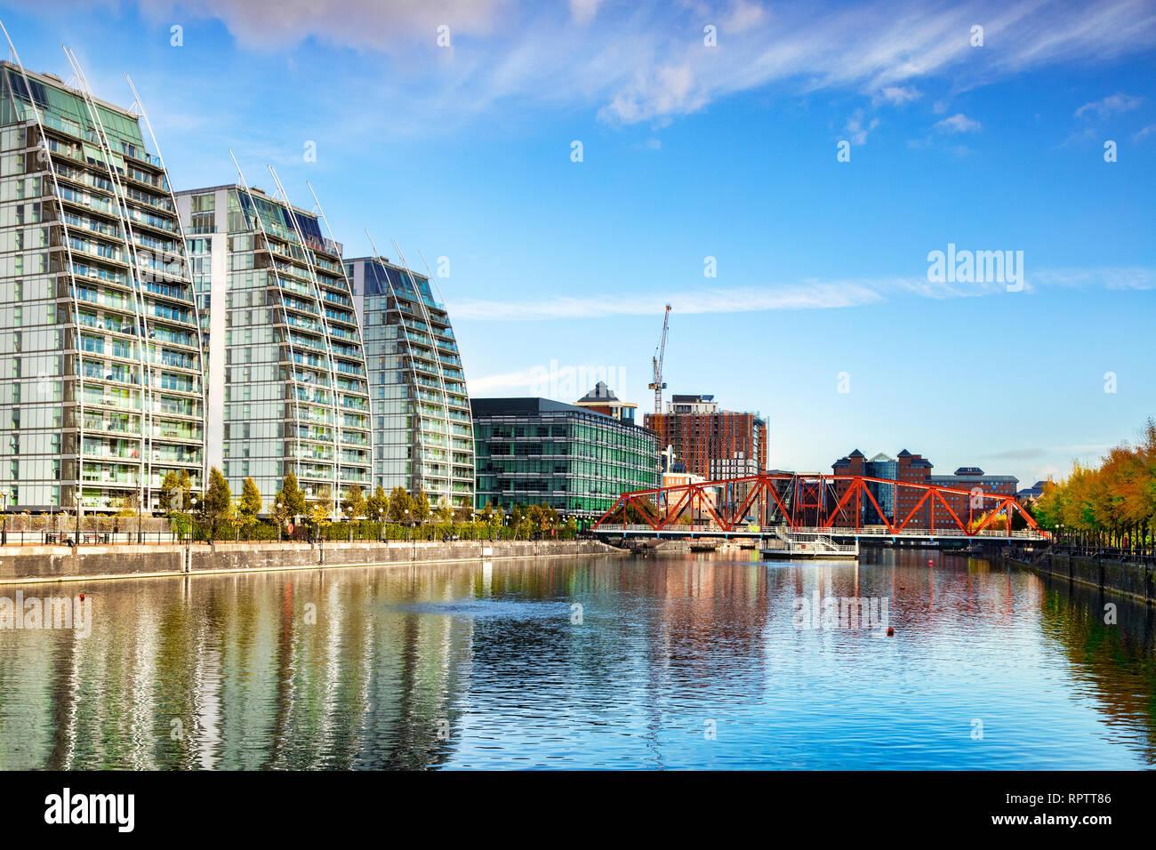 2 novembre 2018: les quais de Salford, Manchester, UK - Le Manchester Ship Canal, avec le bassin du Huron, le pied de Detroit et le pont NV vacances construire Photo Stock