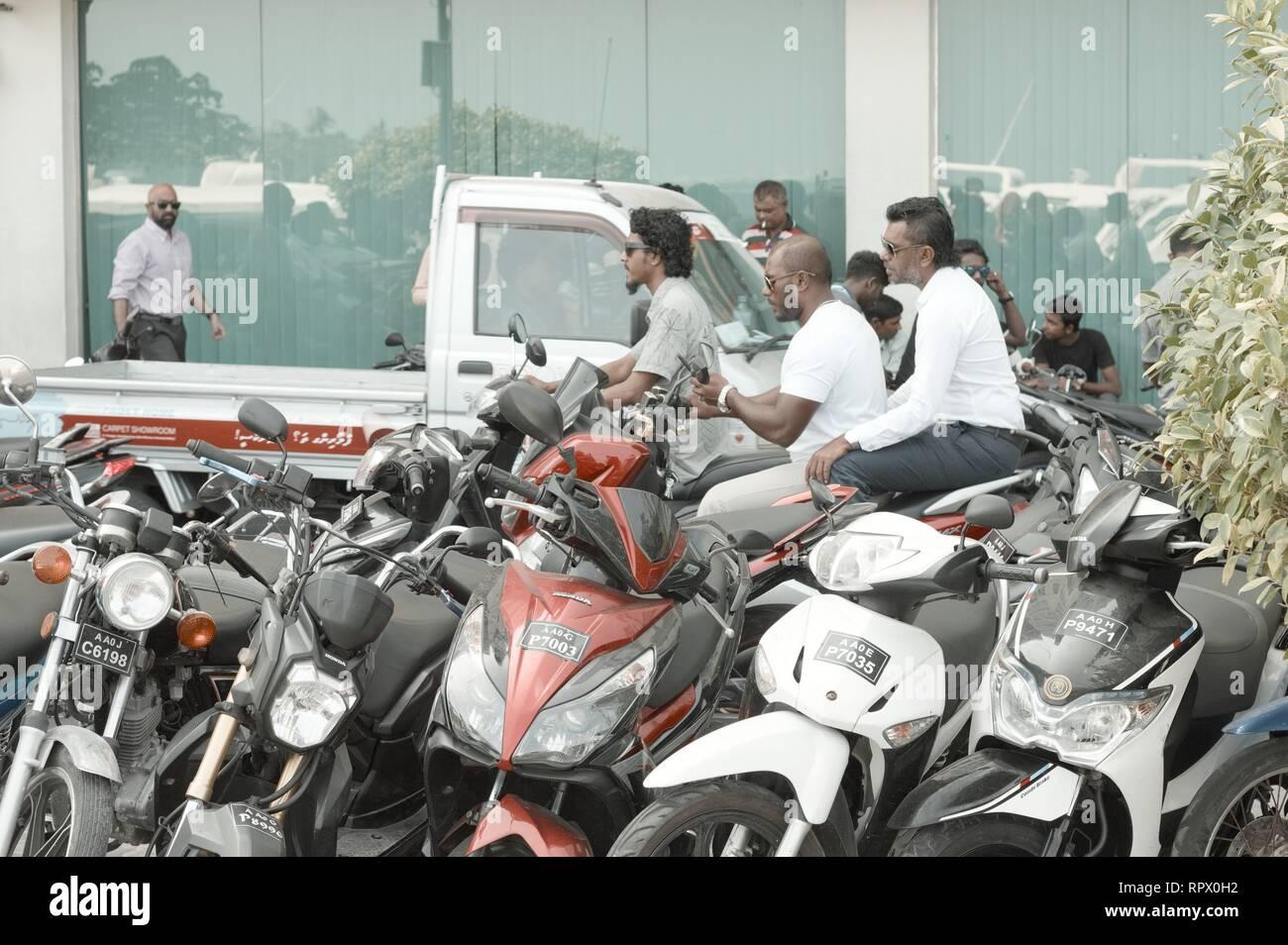 Homme, Maldives - 20 décembre 2018: les gens sur le scooter dans le trafic Photo Stock
