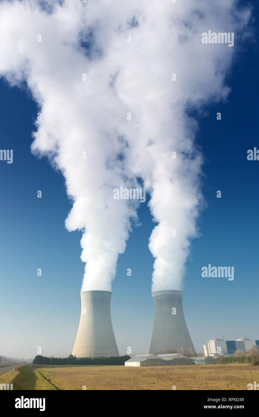 Tours de refroidissement des centrales électriques la cuisson sur fond de ciel bleu foncé Banque D'Images