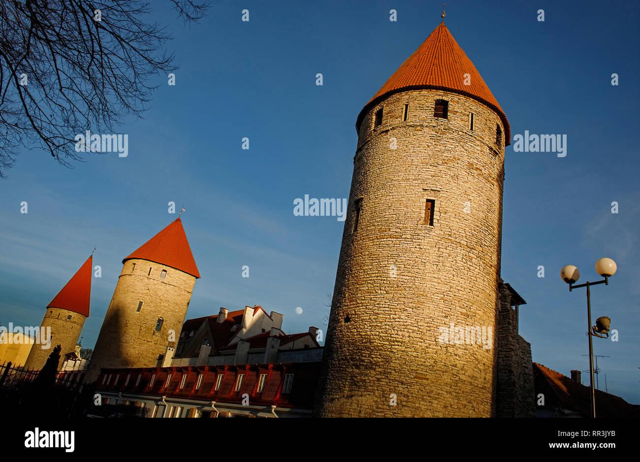 Les murs et les tours du château forteresse de la vieille ville de Tallinn, Estonie . Ciel bleu, remplir lune. L'Europe des attractions touristiques. États baltes. Banque D'Images