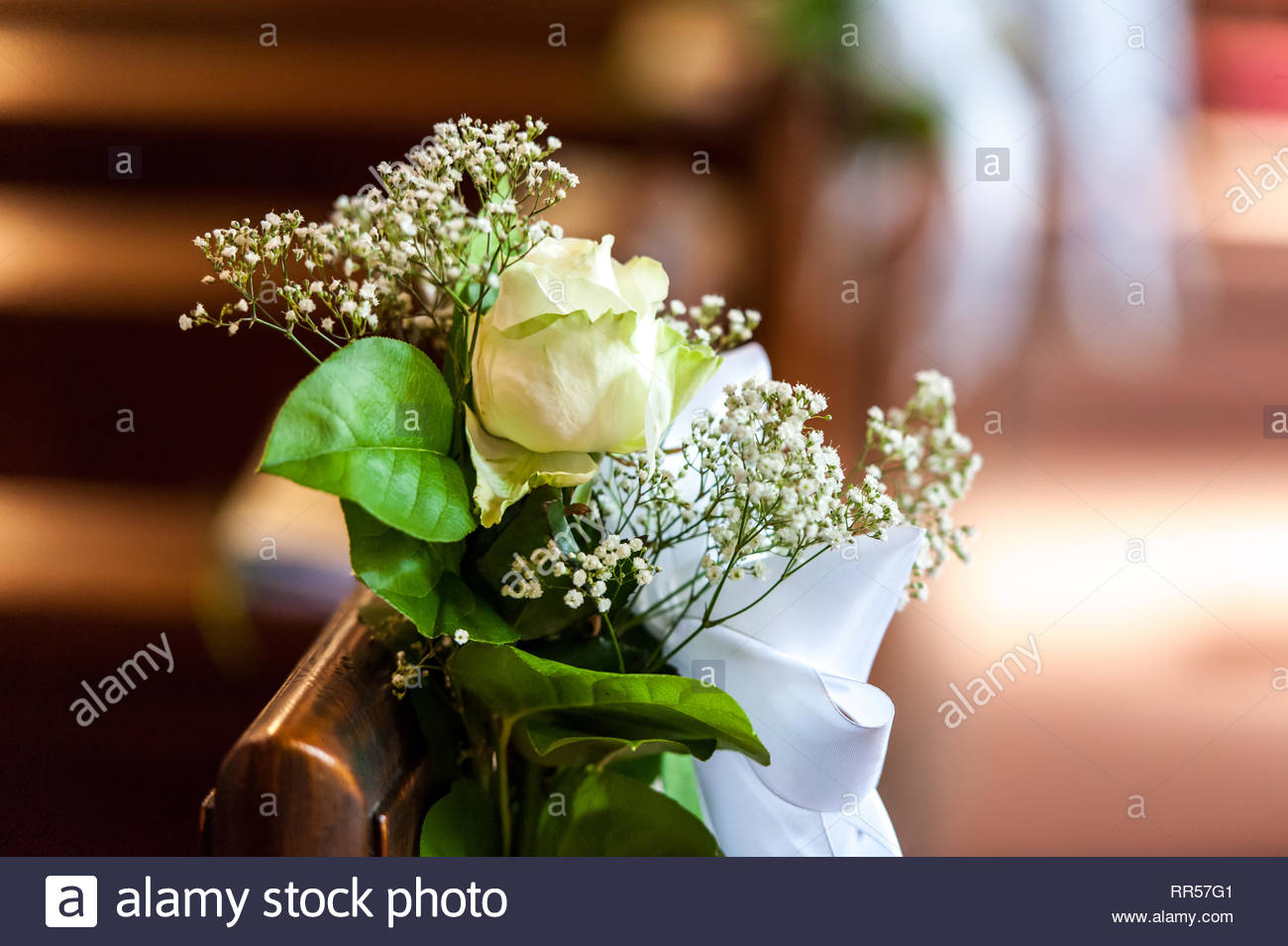 La Décoration Florale à Léglise Le Banc En Bois Banque Dimages