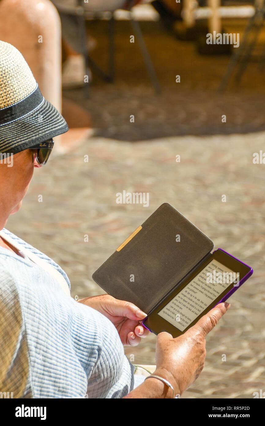 GARDONE RIVIERA, ITALIE - Septembre 2018: la lecture d'un roman sur un e-reader. Photo Stock