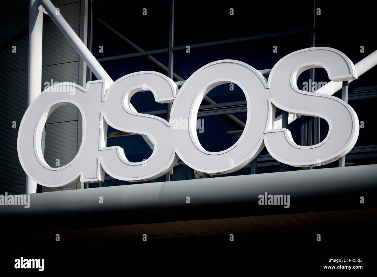 La signalisation d'Asos au-dessus de l'entrepôt de distribution de la société dans la périphérie de Barnsley, UK (usage éditorial uniquement) Photo Stock