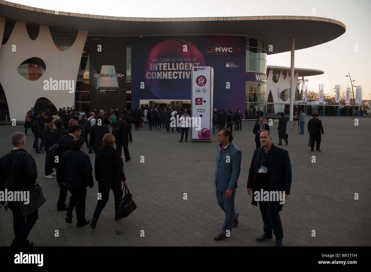 Barcelone, Espagne, le Lundi, Février 25, 2019. Le Mobile World Congress démarre avec le devrait dépasser 107 000 participants de plus de 200 pays, c'était le chiffre atteint dans sa dernière édition. La téléphonie mobile se déroulera autour de la connectivité intelligente et l'adresse hyperconnectivity, 5G, l'internet des objets, l'intelligence artificielle (IA) et big data. Crédit: Charlie Perez /Alamy Live News Banque D'Images