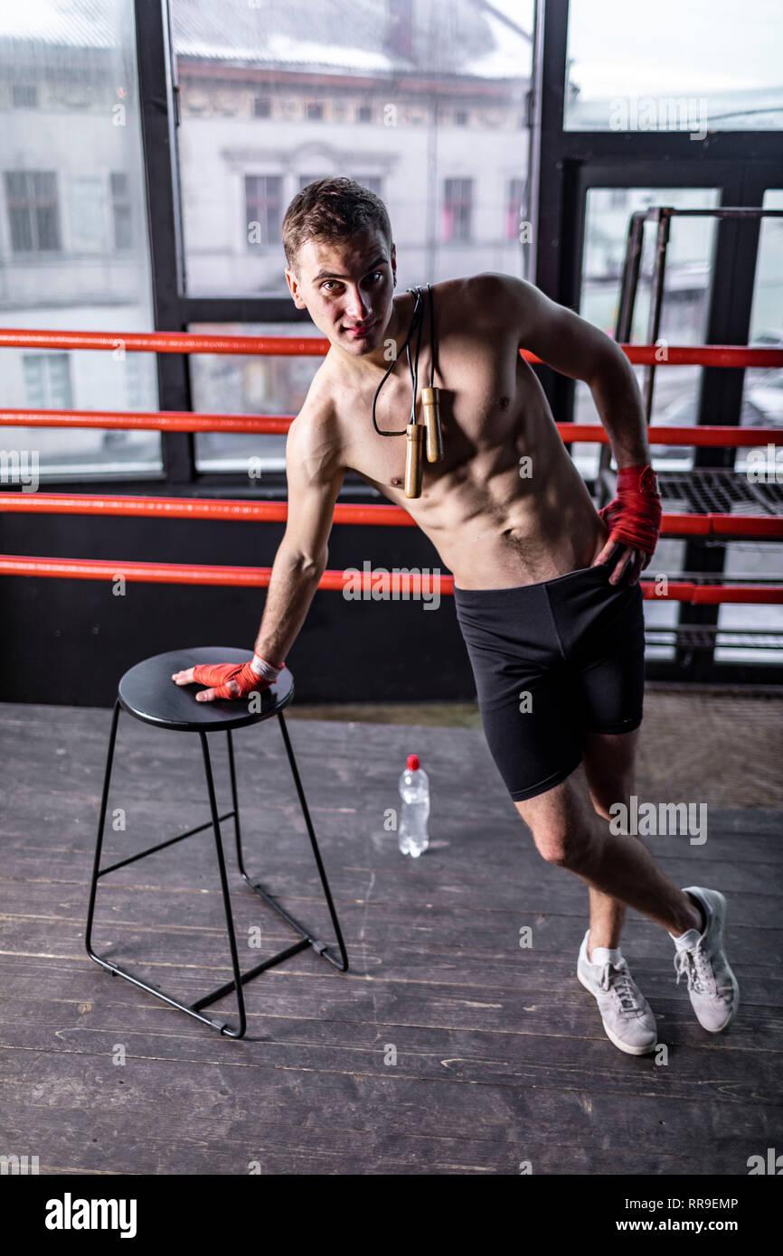 L'homme sportif musculaire avec de la corde dans l'anneau Photo Stock