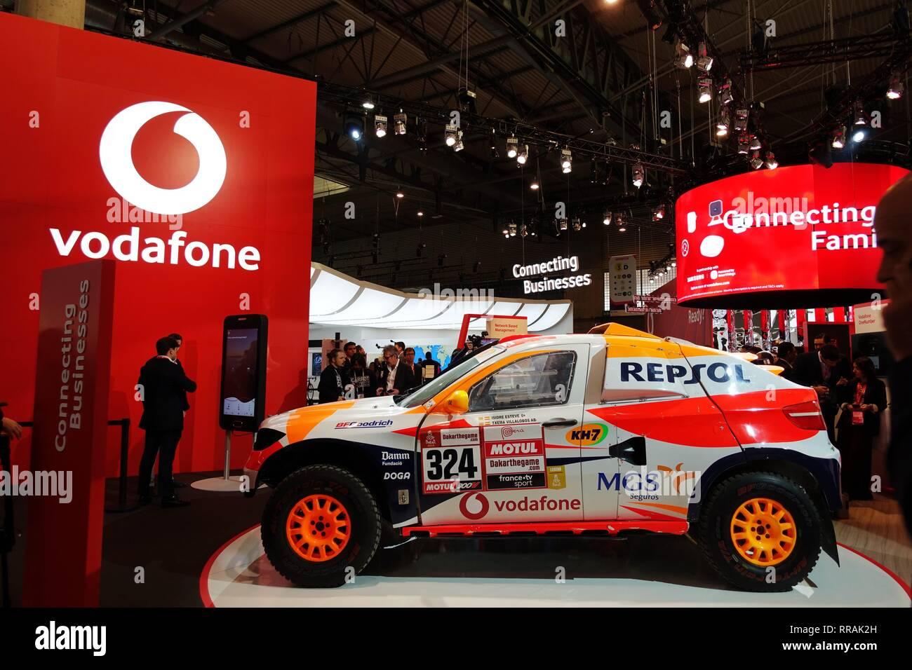 Barcelone, Espagne. Feb 25, 2019. Les personnes sont considérées au stand de l'entreprise mobile Vodafone au Mobile World Congress 2019 (MWC) à Barcelone, Espagne, le 25 février 2019. Les quatre jours de la CMM 2019 s'est ouverte lundi à Barcelone. Credit: Guo Qiuda/Xinhua/Alamy Live News Banque D'Images