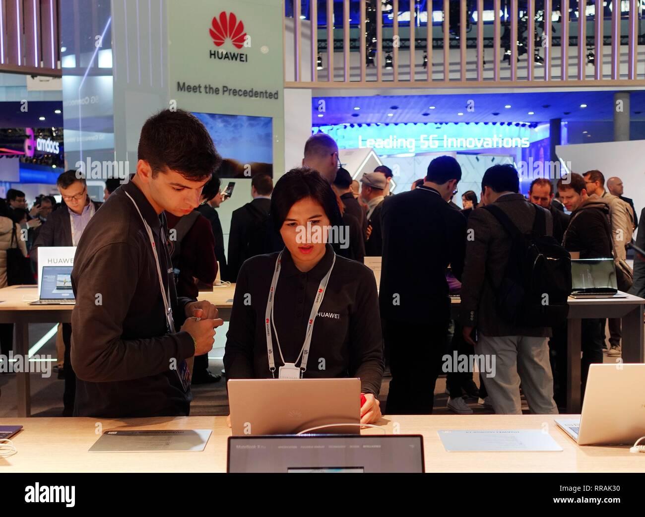 Barcelone, Espagne. Feb 25, 2019. Les personnes sont considérées au stand de l'entreprise tech chinois Huawei au Mobile World Congress 2019 (MWC) à Barcelone, Espagne, le 25 février 2019. Les quatre jours de la CMM 2019 s'est ouverte lundi à Barcelone. Credit: Guo Qiuda/Xinhua/Alamy Live News Banque D'Images
