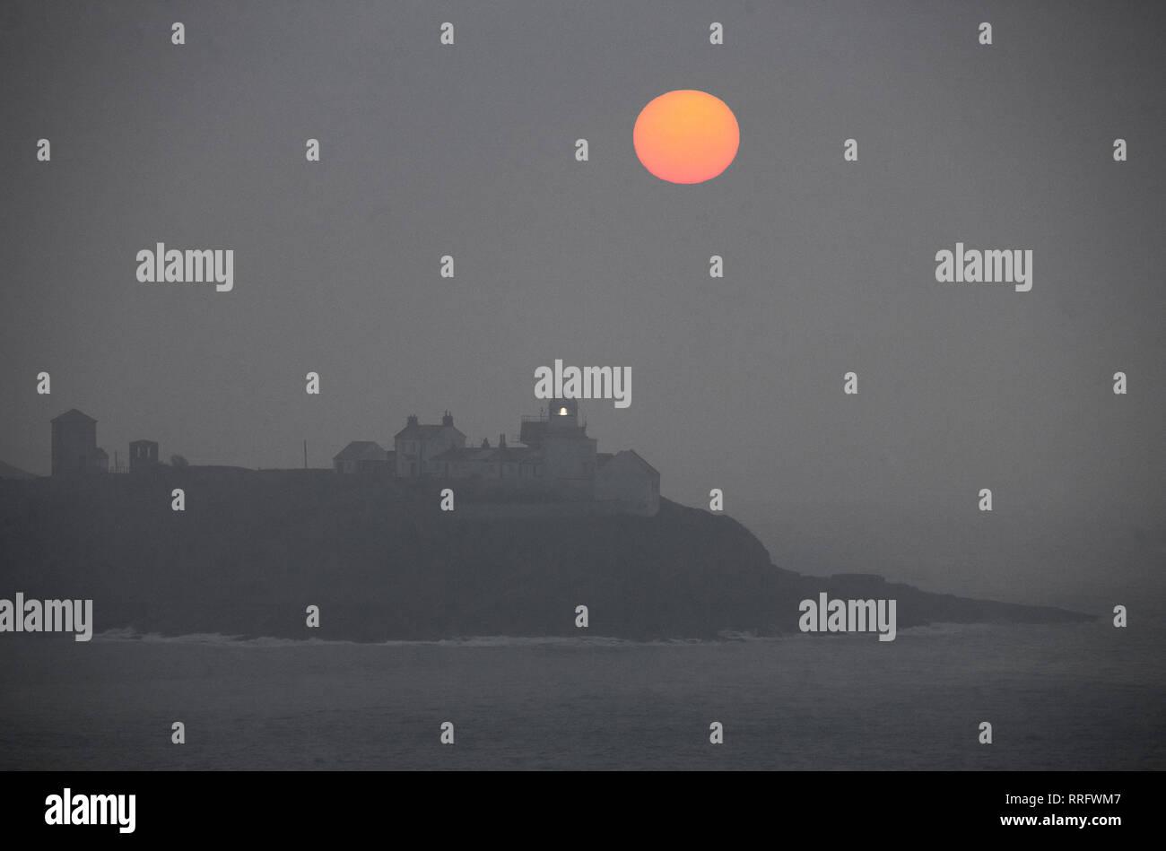 Athelstan, Cork, Irlande. 26 Février, 2019. Tôt le matin, le brouillard commence à se dissiper avec la chaleur du soleil levant à Roches Point, dans le comté de Cork, Irlande. Crédit: David Creedon/Alamy Live News Photo Stock