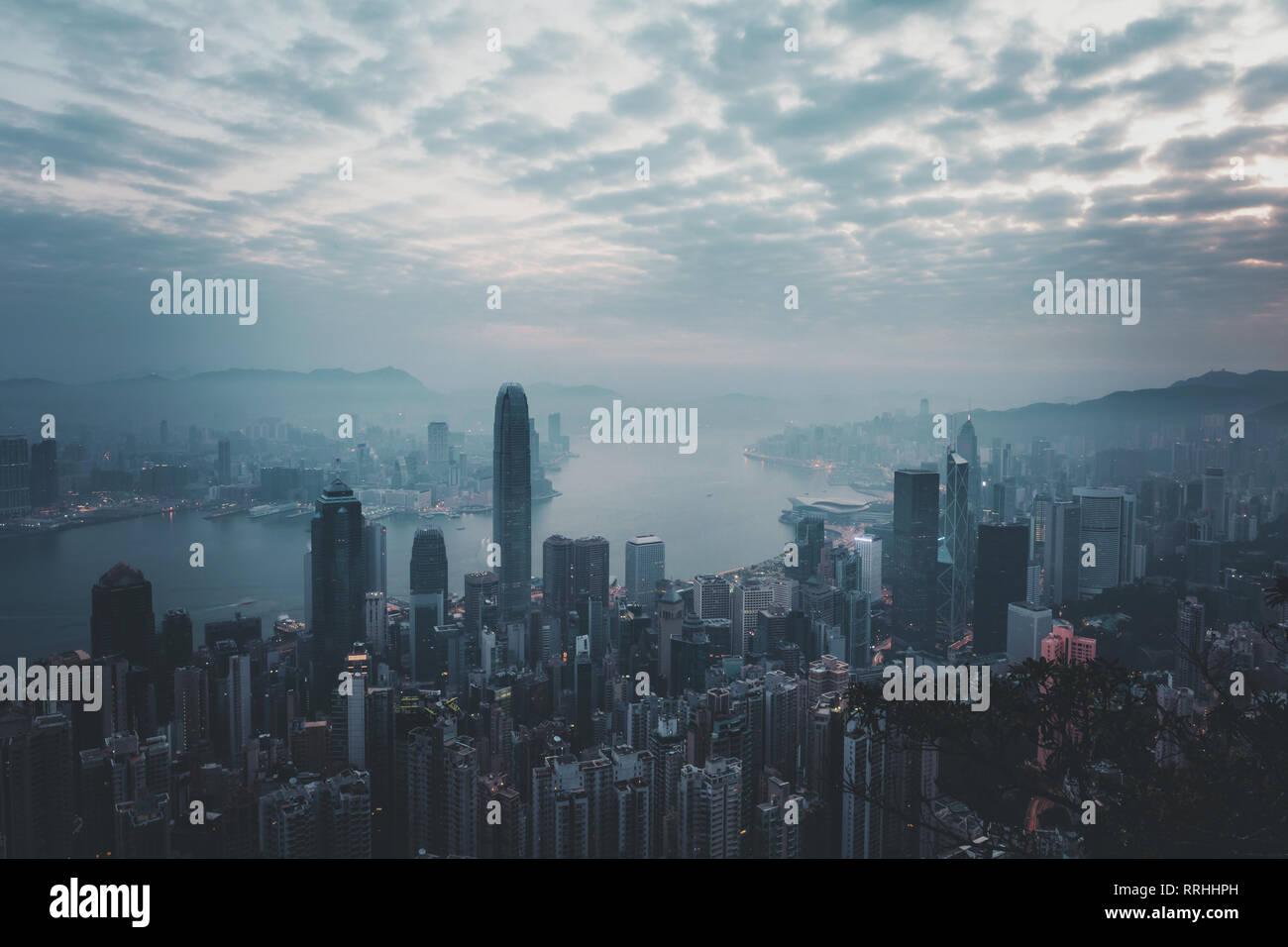 Matin brumeux voir à Hong Kong Ville. vue depuis le Pic Victoria Banque D'Images