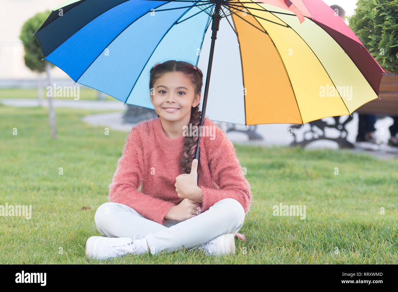 Tout mieux avec mon parapluie. Accessoires colorés pour l'humeur joyeuse. Petite fille cheveux longs avec parapluie. Accessoire coloré influence positive. Parapluie lumineux. Rester positif et optimiste. Photo Stock