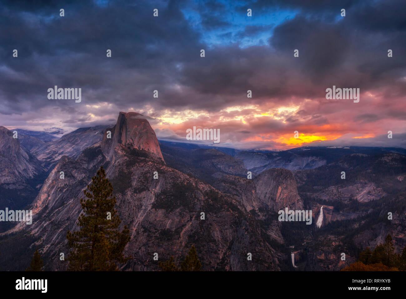 Parc National Yosmite's iconic Demi Dôme vu du Glacier Point oublier au coucher du soleil Banque D'Images