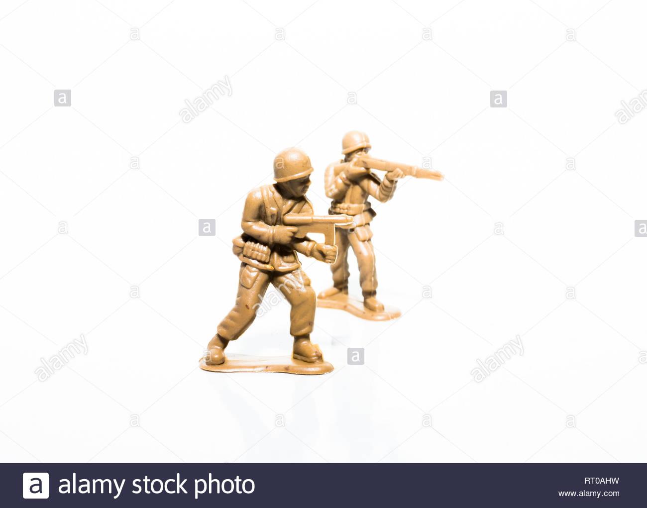 Deux soldats tan en plastique sur un fond blanc Banque D'Images
