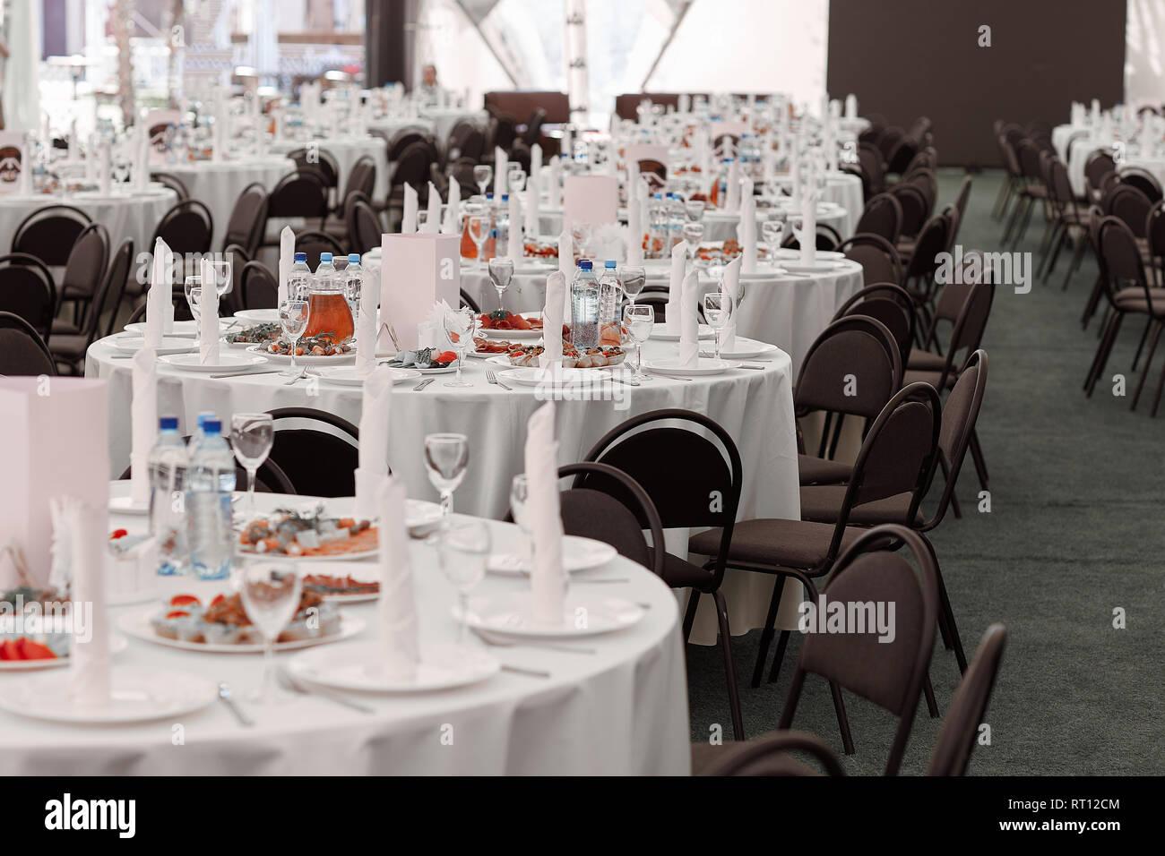 Table De Salle à Manger Dans La Salle De Banquet Du Restaurant Moderne
