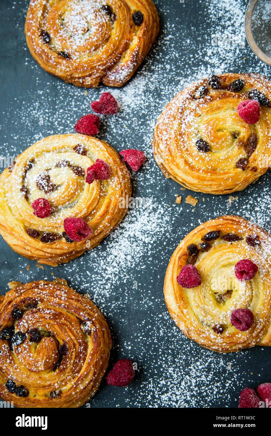 a79e538eb50d1a La pâtisserie française bun rouleaux avec des raisins secs, de la vanille  et des framboises