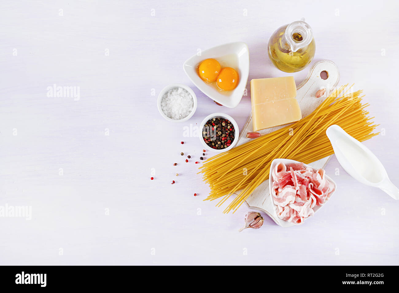 Ingrédients pour la cuisson des pâtes Carbonara, spaghetti à la pancetta, oeuf, poivrons, le sel et le parmesan. La cuisine italienne. Pasta alla carbonara. Banque D'Images