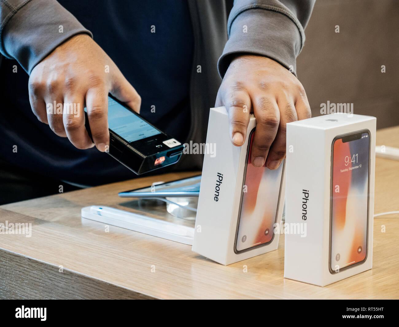 STRASBOURG, FRANCE - Nov 3, 2017: analyse vendeur code barres de la dernière version d'iPhone X 10 smartphone avant d'acheter à la boutique Apple Computers Photo Stock