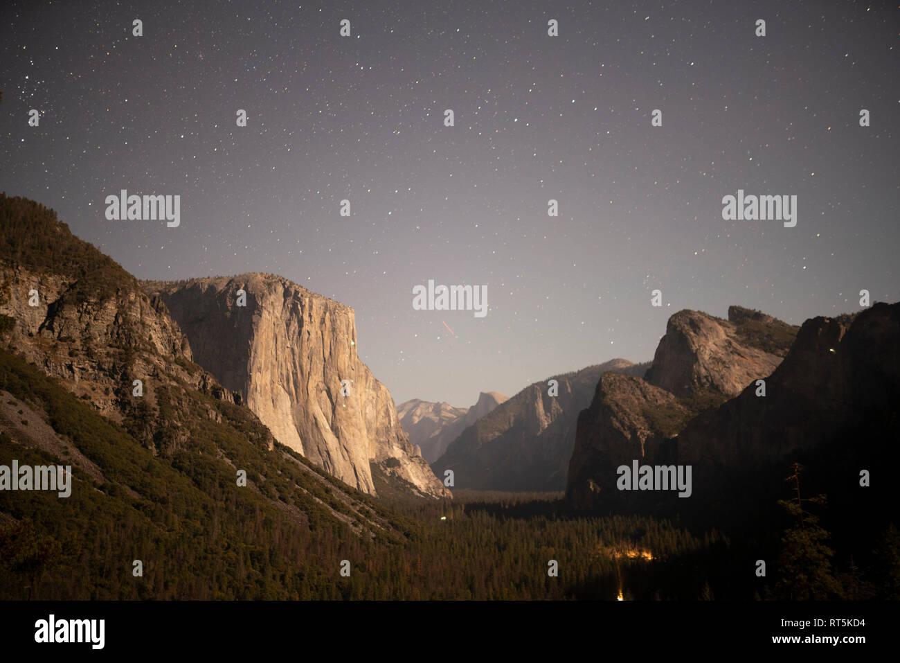 États-unis, Californie, Yosemite National Park, vue de tunnel dans la nuit Banque D'Images