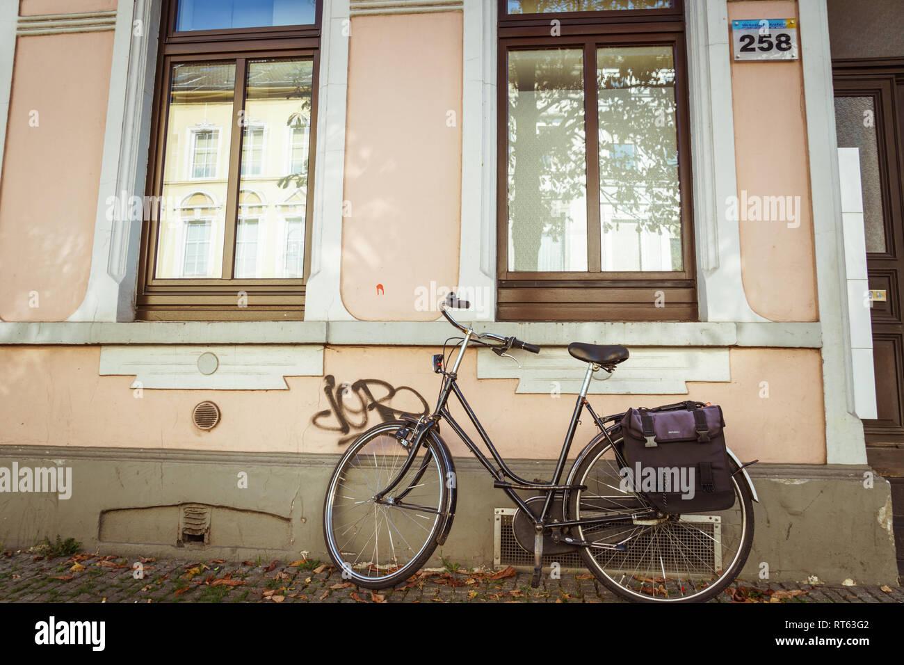 21 octobre, 2018. Ville Krefeld en Allemagne. Un vélo urbain stationné sans que personne sur une journée ensoleillée à l'automne sur une rue. Photo Stock