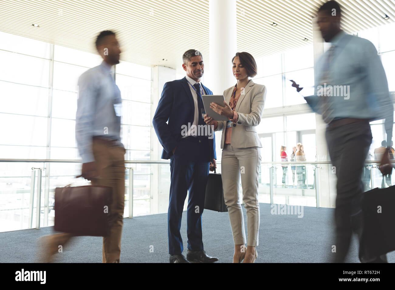 Les dirigeants d'examiner plus de digital tablet Banque D'Images