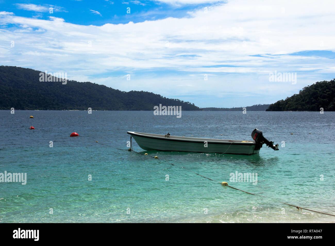 Un bateau à moteur s'amarrer à la plage de Lipe island (Koh Lipe) dans la mer d'Andaman, Satun, Thailande, avec fond de ciel bleu en été Photo Stock