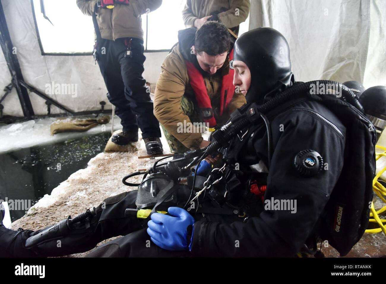 Les plongeurs de la Marine américaine à partir de l'Unité de sauvetage et de plongée mobiles utilisent deux lacs gelés sur Camp Ripley à mener dans le cadre de la formation de glace dans le cadre de leur programme de certification de plongeurs annuel 5-12 Février, 2019. Photo Stock