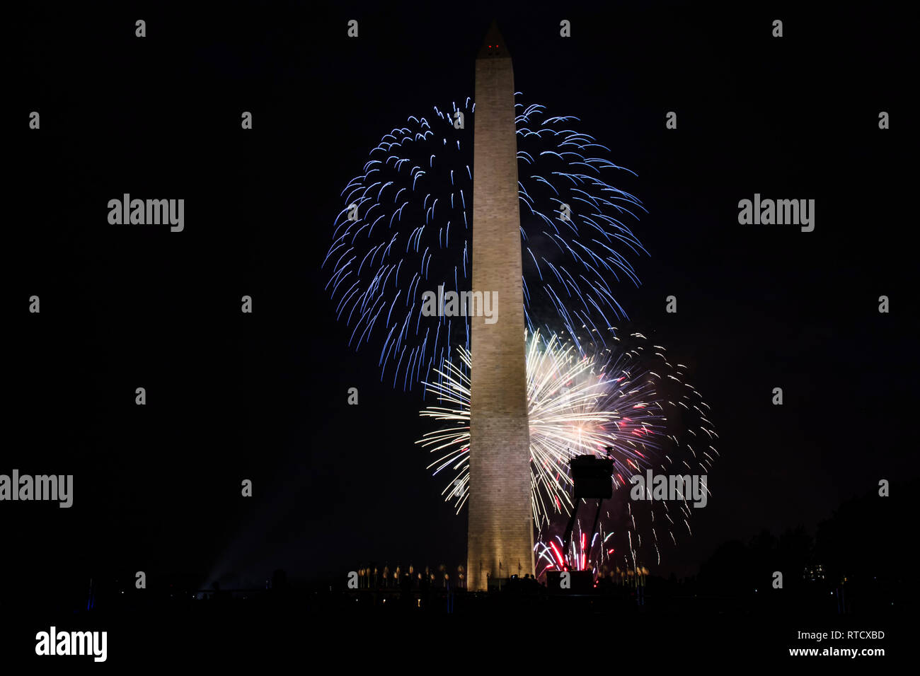 Washington DC, USA - 4 juillet 2017 : rouge, blanc et bleu ciel derrière le feu d'artifice le Washington Monument, sur le Mall à Washington DC Banque D'Images
