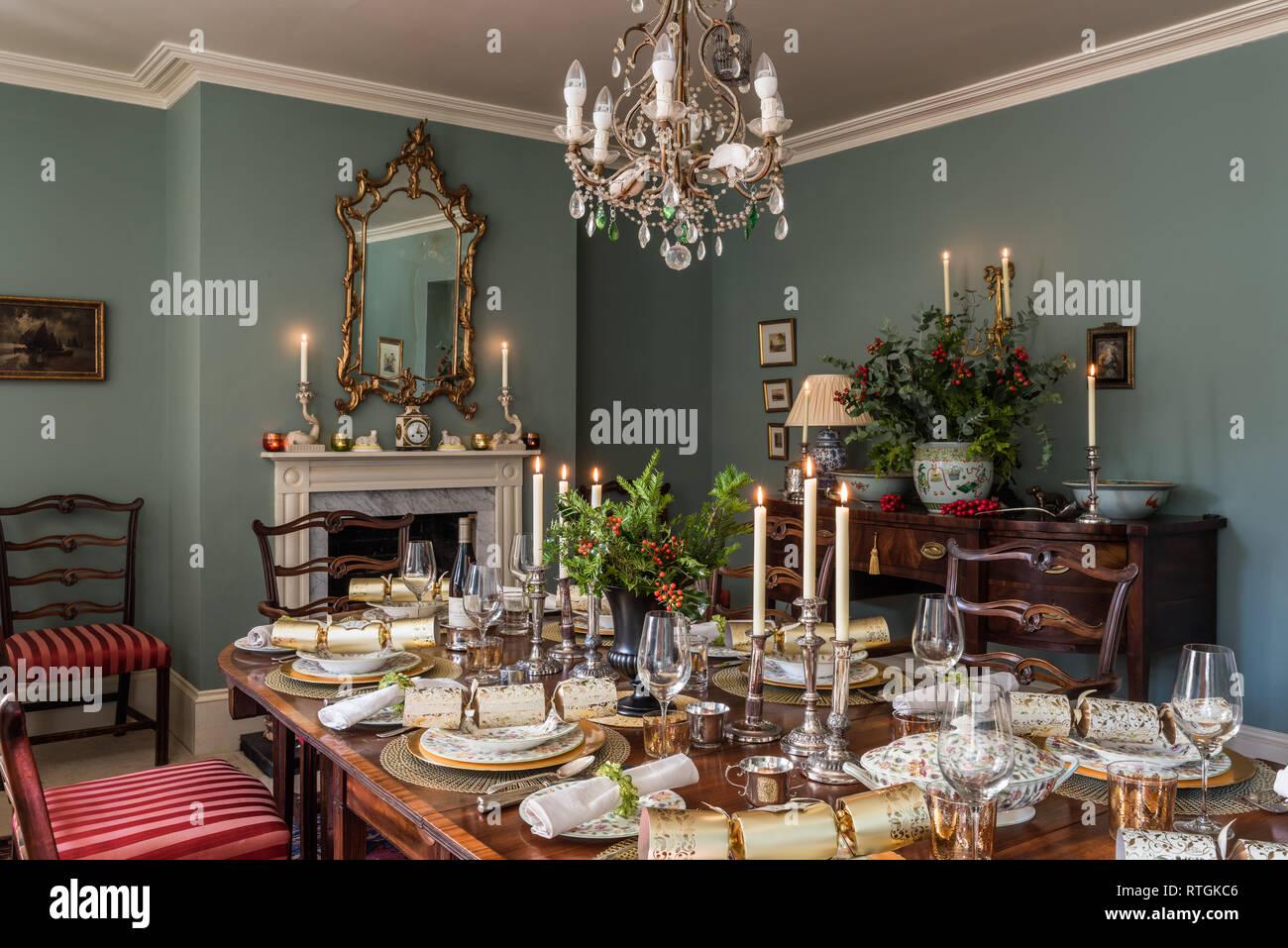 Table de salle à manger en acajou et géorgienne bahut avec des chaises capitonnées de Regency stripe avec cheminée en anglais Banque D'Images