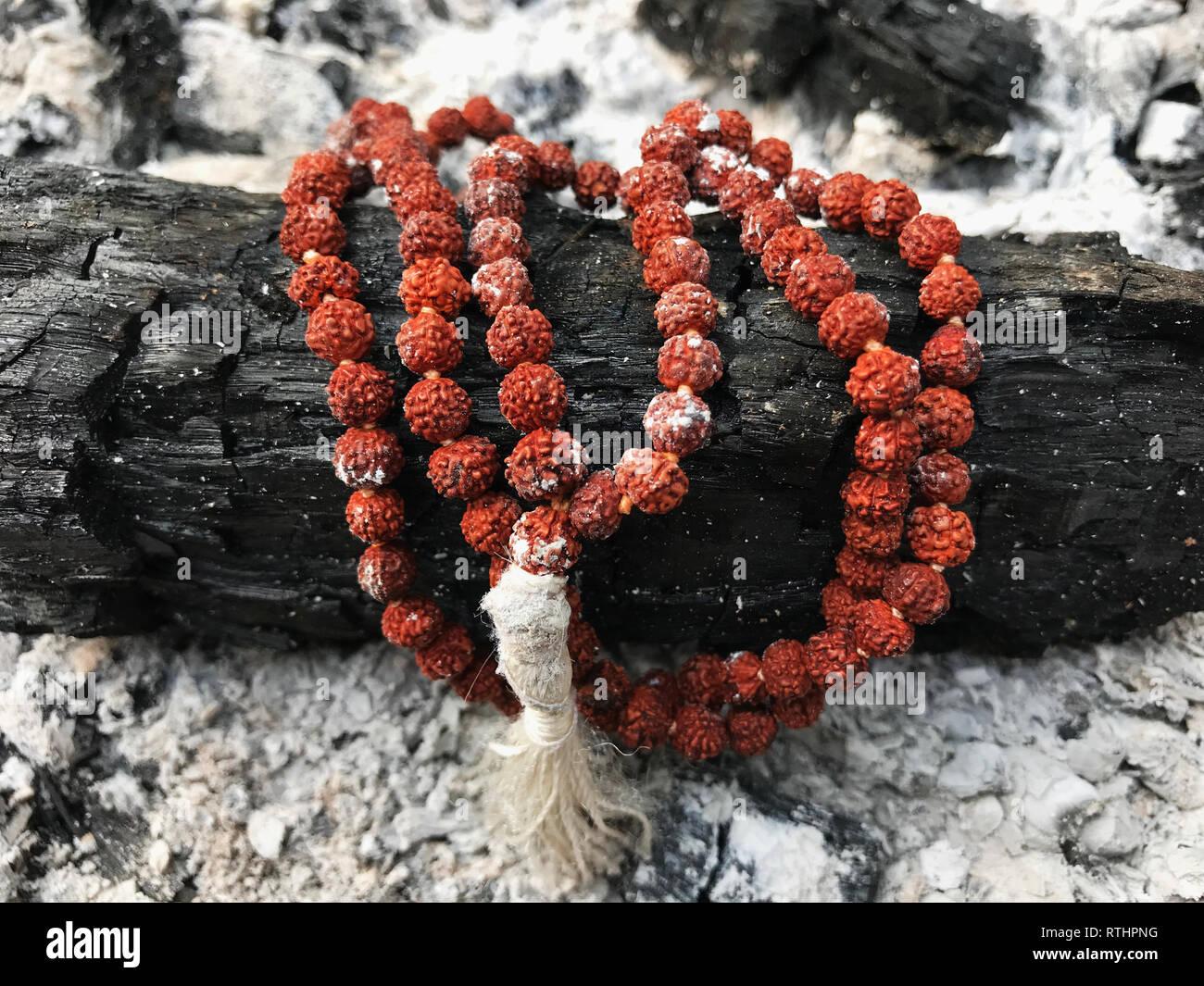 Rosaire chapelet sur les cendres de fond de cendre. Rudraksha. Mala. Mantra. 108 perles. Banque D'Images