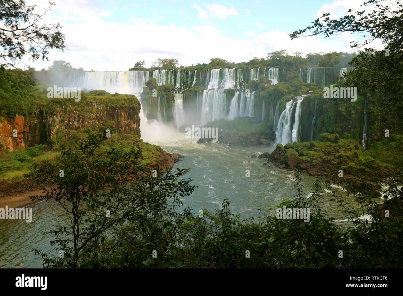 Superbe vue panoramique sur les chutes d'Iguaçu côté Argentin, au Parc National de l'Iguazu, Argentine, Amérique du Sud Banque D'Images