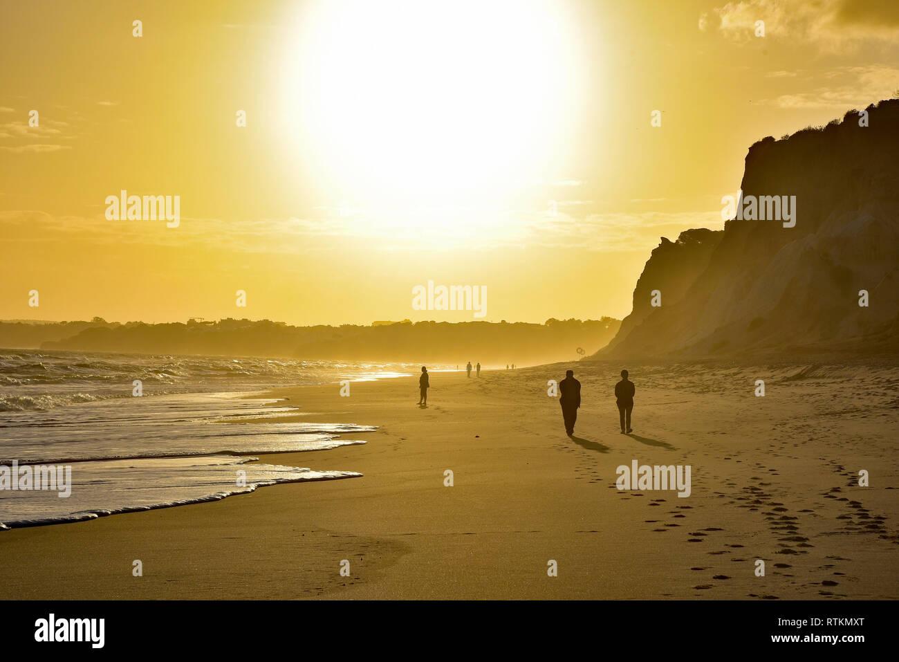Le soleil se couche sur la plage Praia da Falesia, une étendue de sable près de 7km de longueur, Albuferia, Algarve, Portugal, Europe. Banque D'Images