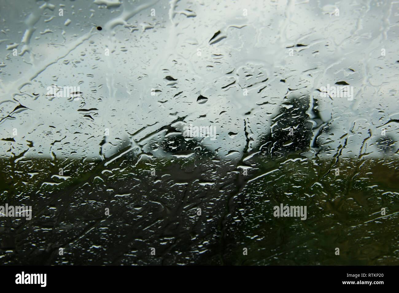 L'eau de pluie sur la fenêtre. Gouttes de pluie. Photo Stock