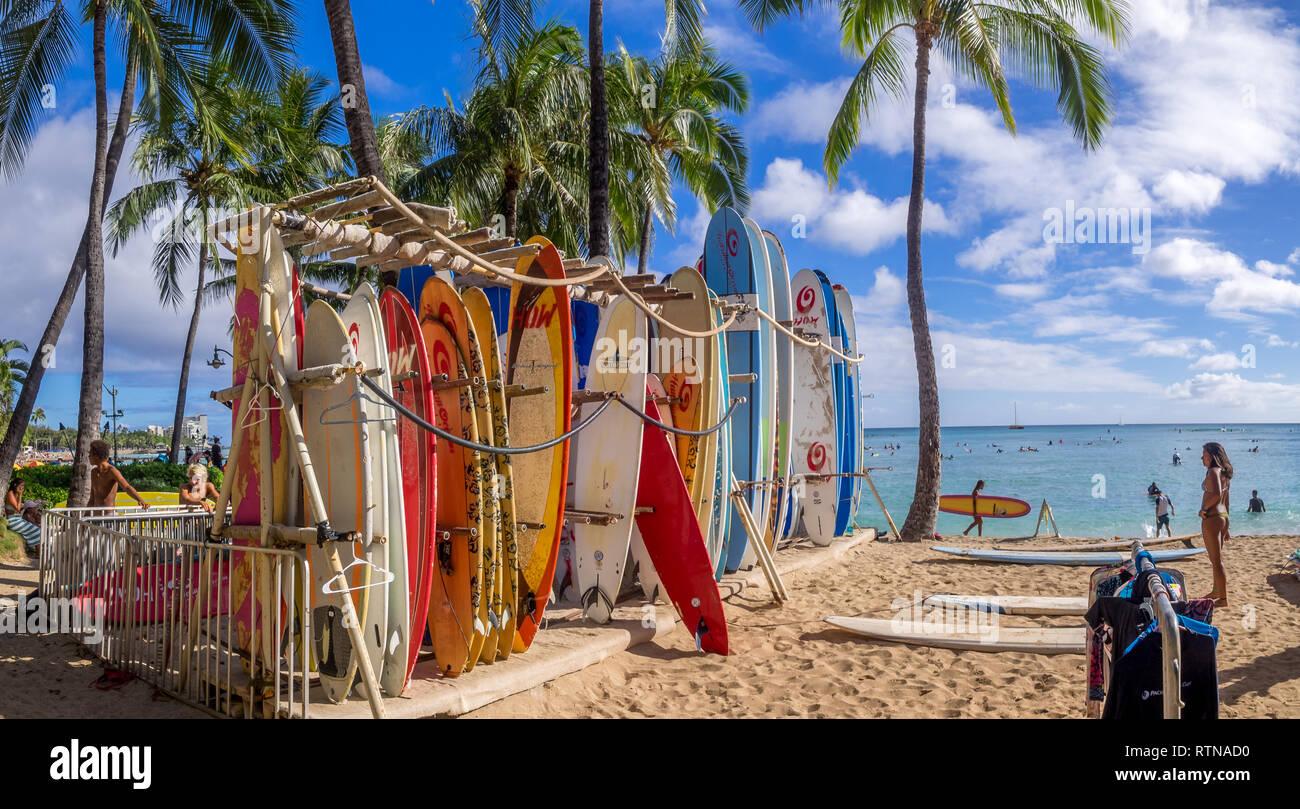 Discussion sur l'Etoile du 30 janvier  2021 - Page 6 Location-de-surf-shop-sur-la-plage-de-waikiki-le-2-aout-2016-a-honolulu-etats-unis-la-plage-de-waikiki-se-trouve-pres-de-honolulu-mieux-connu-pour-le-sable-blanc-et-le-surf-rtnad0