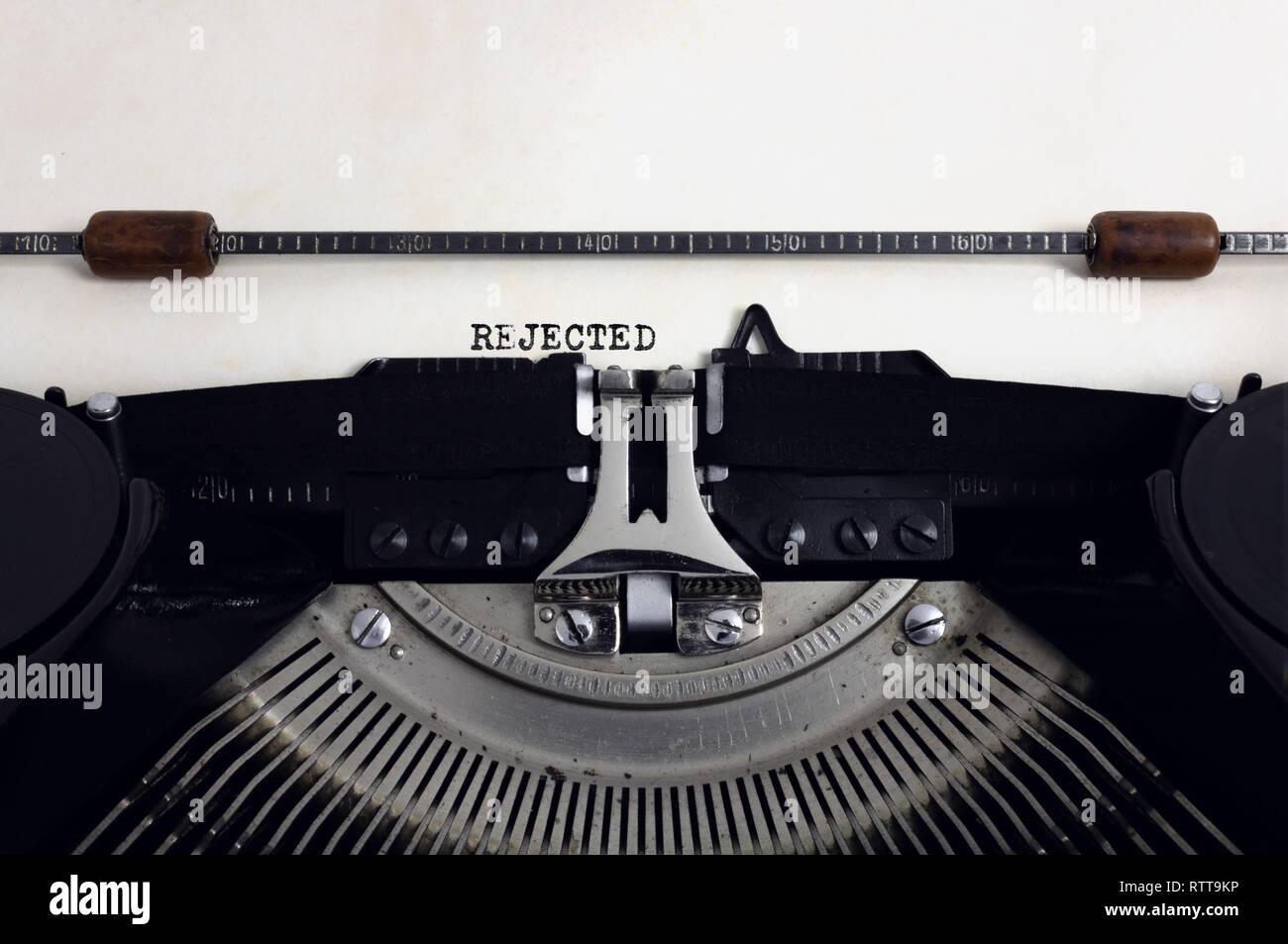 Ancienne rétro vintage typewriter noir avec close-up vous tapez du texte rejeté comme en-tête sur papier vieilli Photo Stock